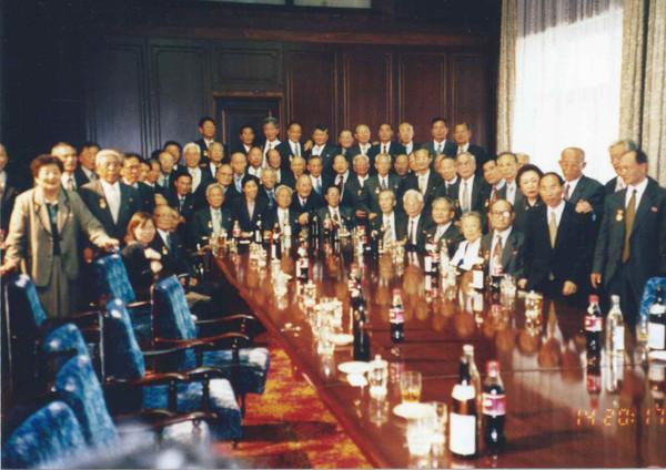 2000년 10월 북한 노동당 창건 55주년 행사 때 방북한 권 명예회장은 고려호텔에서 그해 9월 송환된 비전향장기수 대부분을 만났다. [사진제공-권오헌]