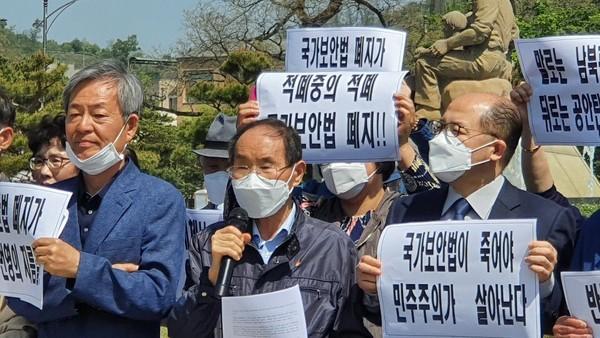 지난 5월 6일, 청와대 앞에서 열린 범민련 남측본부 간부 출석요구 규탄 및 국가보안법 철폐 촉구 기자회견에서 발언하고 있는 권오헌 명예회장. [사진-범민련 남측본부]