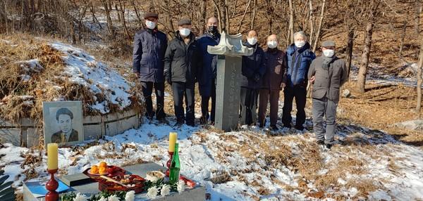 남한산성 내에 위치한 조용수 선생 묘역에서 진행된 참배. [사진-통일뉴스 이창훈 통신원]