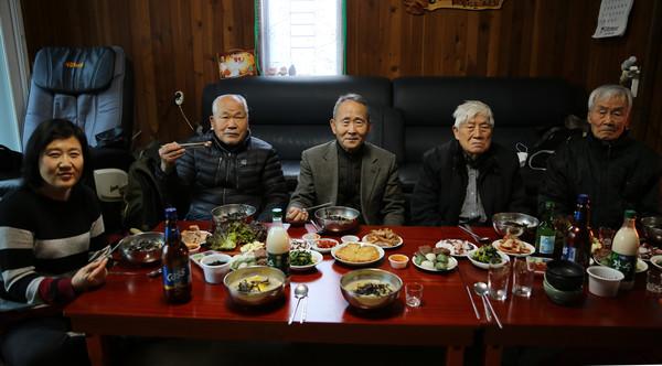 '평양시민' 김련희 씨(왼쪽 첫 번째)가 설음식을 마련해 주었다.[사진-통일뉴스 김래곤 통신원]