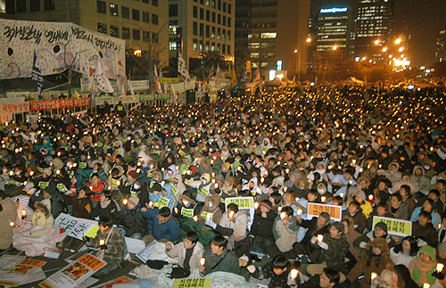 2004년 연말 국회 앞에서 국가보안법 폐지를 촛불집회와 대규모 단식투쟁이 벌어졌지만 끝내 국회 문턱을 넘지 못 했다. [자료사진 - 통일뉴스]