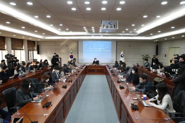 이 장관은 이날 북과의 비핵화협상을 위해 '제재유연화'를 꺼내들었다. [사진-통일부 제공]