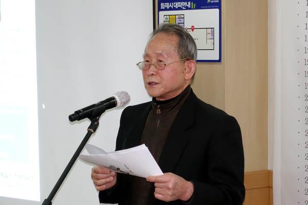 통일광장 성원인 양희철 선생이 조시를 낭독하고 있다. [사진 - 통일뉴스 김치관 기자]