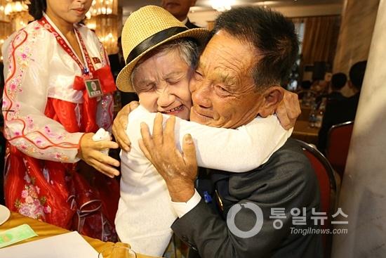 2018년 8월 금강산에서 열린 남북 이산가족상봉 단체상봉의 한 장면. 이날 남녘의 어머니와 북녘의 아들이 68년 만에 해후해 부둥켜안고 있다. [통일뉴스 자료사진]