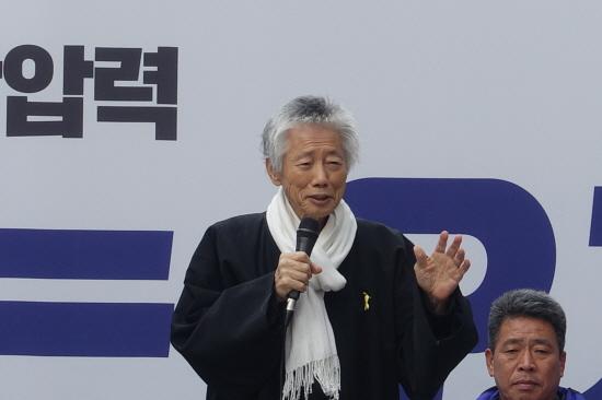 2017년 11월 'NO트럼프 공동행동 평화시국회의'가 주최한 범국민대회에서 연설을 하고 있는 백기완 선생. [통일뉴스 자료사진]