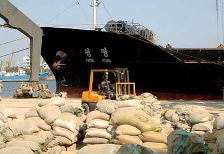 과거 남포항에서 시멘트를 싣고 출항을 기다리고 있는 화물선 모습. [자료사진] - 통일뉴스]