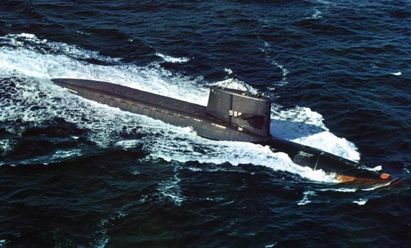 ▲ 세계 최초의 전략원잠 USS 조지 워싱턴 호. 선제 핵공격으로 적의 지상핵전력을 쓸어버려도 바다 속에 숨은 원잠까지 선제공격할 수는 없기 때문에 선제공격측은 상대방 측 원잠의 보복공격을 받게 된다. 때문에 핵무기인 SSBN이 역설적이게도 냉전기의 상호확증파괴 및 이를 통한 핵전쟁 방지에 기여했다. [출처-위키백과]