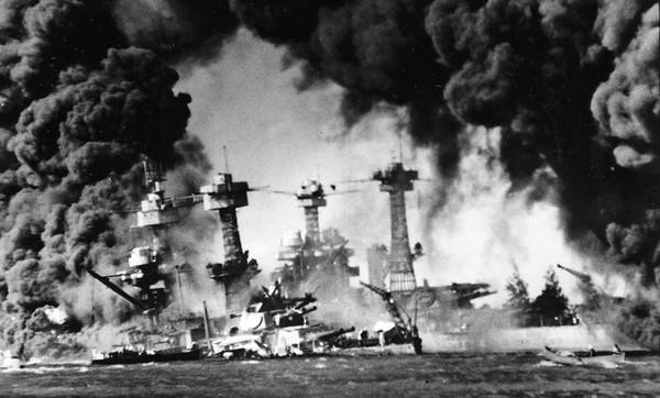 ▲ 1941년 12월 7일 진주만 공격. 이때 미국 군함 애리조나호가 침몰 되어 1,102명의 선원이 목숨을 잃었다. 2차 세계대전이 다 끝나갈 무렵 1945년 미국은 일본인들이 거주하는 도시 67개를 공습했다. 급기야 두 개의 원자폭탄을 투하해 일본을 초토화시켰다. 진주만 공격에 대한 충격이 어느 정도였는지 짐작할 수 있다. [사진출처-위키백과]