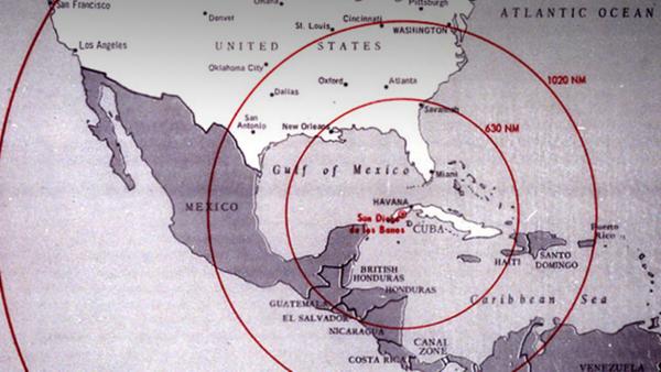 ▲ 쿠바 미사일 위기 당시 문제의 지도. 중간 크기의 원은 쿠바에 이미 배치했던 R-12의 사정거리고, 가장 큰 원은 그다음 배치하려던 R-14의 사정거리다. 이미 배치된 R-12로도 수도인 워싱턴 D.C. 타격이 가능한 데다 R-14로는 워싱턴주와 오리건, 캘리포니아주 일부를 제외한 미국 본토 전 지역이 사정권에 들어가 있다. 여기에 소련 극동 지방의 미사일도 고려하면 사실상 태평양의 섬들을 제외한 미국 전 영토가 소련의 중거리 미사일 사정거리에 들어오게 되는 것이다. [출처-나무위키]